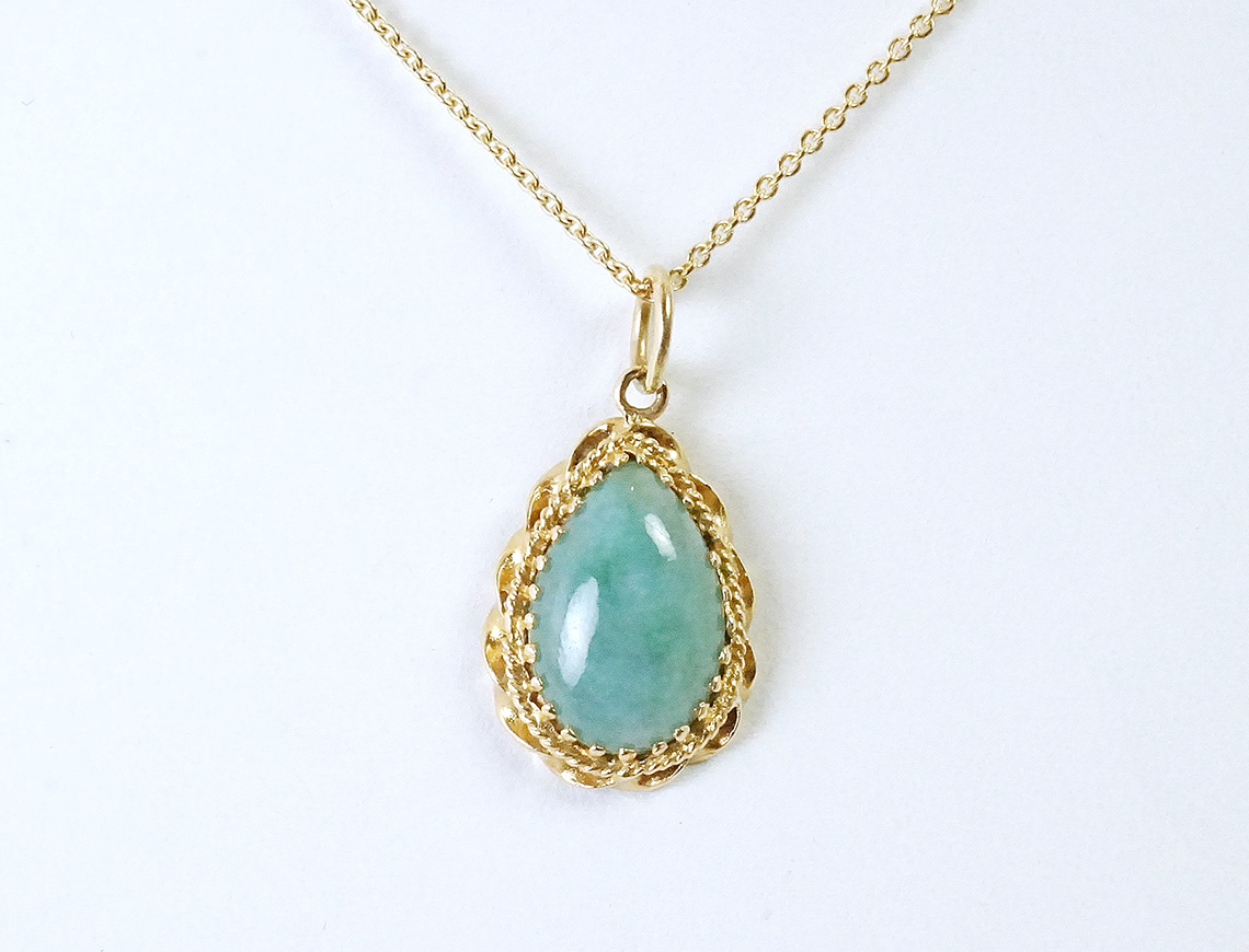 Pear-shaped jade pendant